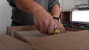 Rakennusmies tekee laatoitustyötä keittiössä.