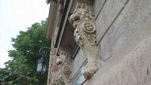 Yksityiskohta Porin kaupungintalon koristelusta.