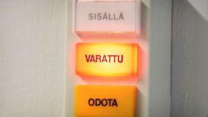 Varattu-valo terveydenhoitajan ovenpielessä.