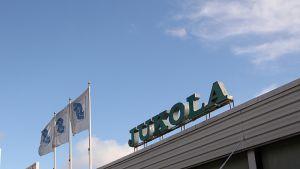Kuvassa Jukola -kyltti ja S-liput Juuan S-market Jussintorin katolla.