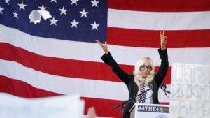 Lady Gaga puhuu Yhdysvaltain armeijassa palvelevien homojen oikeuksien puolesta järjestetyssä mielenosoituksessa.