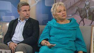 Kirjailijat Hannu Raittila ja Raija Oranen Ylen Aamu-TV:n studiossa.