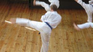 Karatekat harjoittelevat.