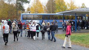 Ysiluokkalaisia menossa linja-autoon