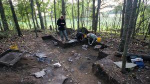 Arkeologit tekevät kaivausta.