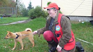 Metsästäjä ja koiranpentu.