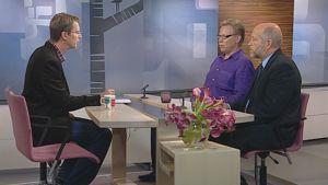Vanhempi tutkija Jari Hakanen ja asiantuntijalääkäri Kari Haring Aamu-TV:n studiossa juontaja Nicklas Wancken kanssa.