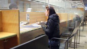 Nainen lainatiskillä