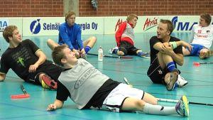 Seinäjoen Peliveljien edustusjoukkueen pelaajat venyttelevät. (kausi 2010-2011)
