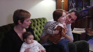 Maura Roni ja Jeremy Taylor istuvat lastensa kanssa sohvalla.