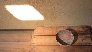 Museossa oleva epäsymmetrinen kulho, joka edustaa japanilaista wabi sabi -estetiikkaa.