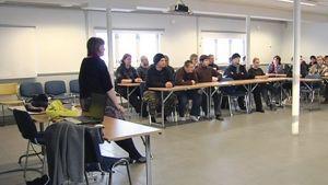 Siviilipalveluksessa olevia nuoria miehiä Lapinjärven koulutuskeskuksen luokkahuoneessa.