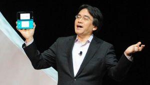 Satoru Iwata esittelee uutta DS-käsikonsolia pelialan messuilla.
