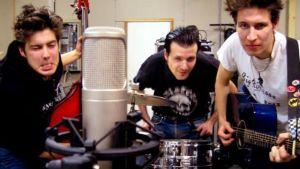 Relentless-yhtye studiodssa.