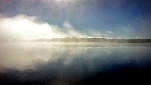 Sumuinen järvimaisema