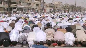 Shiiamuslimit kokoontuvat rukoilemaan Bagdadin Sadr Cityssä.