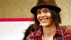 Katherine Moennig hymyilee Japanissa järjestetyssä lehdistötilaisuudessa ruskea hattu päässään vuonna 2008.