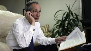 Guatemalan presidentti puhuu puhelimessa
