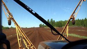 Turvesuomaisema traktorin ikkunasta
