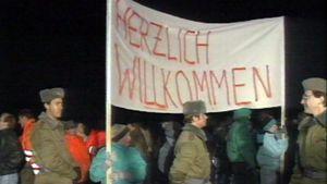 Berliiniläiset toivottavat idästä tulevat kaupunkilaiset tervetulleeksi länteen.