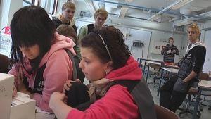 Sähköalan opiskelijat tutkailevat mittareita