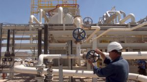 Irakilainen säätää venttiiliä Zakhon öljykentällä