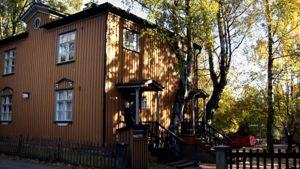 Puinen neljän asunnon talo Helsingin Puu-Käpylässä.