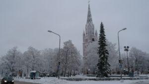 Keski-Porin kirkko talviasussaan.