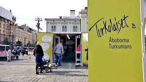Turkulaiset-näyttelyn juliste Tampereen Keskustorilla