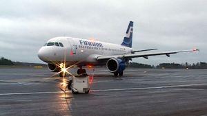 Finnairin kone Kuopion lentoasemalla.