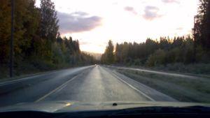 Tienpinta kiiltelee aamuauringossa. Keli oli aamulla monin paikoin liukas Pohjois-Savossa.