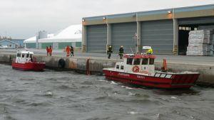 Kaksi alusta ja pelastusväkeä suuronnettomuusharjoituksessa Ajoksessa