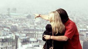 Nainen ja mies katsovat kaupunkia