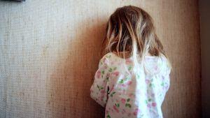 Lapsi selin häpeissään.