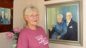 Anna-Liisa Väisänen vanhempiensa kuvan äärellä.