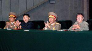 Pohjois-Korean johtaja Kim Jong-il (oikealla) ja hänen poikansa Kim Jong-un (toinen vasemmalta) taputtavat käsiään Pohjois-Korean kommunistisen puolueen vuosijuhlassa Pjongjangissa.