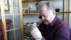 Reino Hyrkäs myös huoltaa kellojaan.