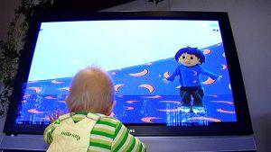 Pieni lapsi television ääressä.