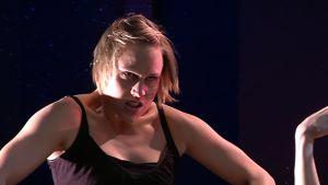Hanna Korhonen lavalla FitFatFuckedup-näytelmässä.