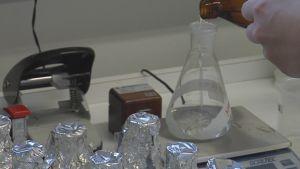 Vedenlaadun tutkimusta laboratoriossa