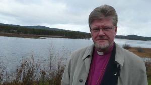 Piispa Samuel Salmi Inarijärven rannalla.