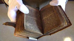 Lähikuva vanhasta kirjasta