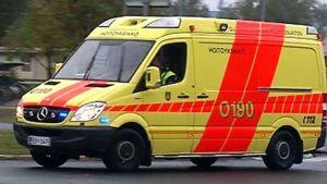 Ambulanssi ajaa hälytysajossa.