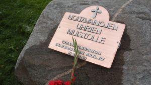 Suomen ensimmäinen noitavainojen uhreille omistettu muistomerkki sijaitsee Oulun Limingantullissa.