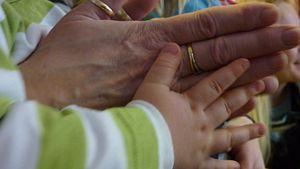 Isot ja pienet kädet