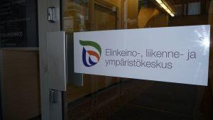 Elinkeino-, liikenne- ja ympäristökeskuksen ovikyltti.