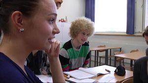 Abiturientit Laura Aaltonen ja Tommi Kolsi pähkäilivät, miten kuninkaallisia on sopivaa puhutella.