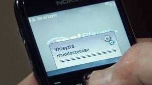 Yhteyttä muodostetaan -teksti puhelimen näytöllä.