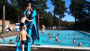 Uimareita Porin maauimalan lastenaltaassa.