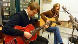 Ville Aalto ja Matti Koivu studiossa soittamassa